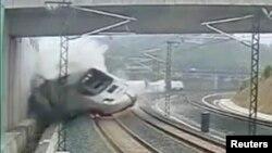 Momenti kur treni doli nga binarët në afërsi të Santiago de Compostela