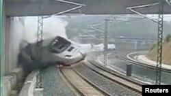 Përplasja e trenit në Spanjë e fotografuar nga kamerat e sigurisë