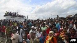 В округе Муншигандж люди собрались вблизи места, где произошло крушение парома на реке Падма в августе 2014 года