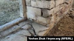 Стены около метра толщиной и сложены на совесть