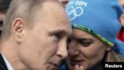 Президент Путин эки жолку Олимпиада чемпиону Елена Исинбаева менен Сочи оюндарында, 2014