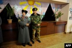 Проросійські бойовики чергують на «виборчій дільниці» у Новоазовську, листопад 2014 року