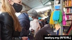 Люди устремились на базары после объявления властей об их «полном» закрытии для борьбы с распространением коронавируса, Уральск, 15 апреля 2020 года.