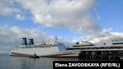 Российский круизный лайнер «Князь Владимир» в Сухумском порту, 2 декабря 2019 г.