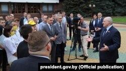 Ілюстрацыйнае фота. Аляксандар Лукашэнка размаўляе зь берасьцейцамі. 22 чэрвеня 2020 году