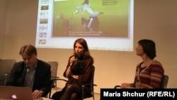 Журналістка Софія Середа (посредині), яка опрацьовувала матеріали КДБ щодо Радіо Свобода. Прага, 13 грудня 2018 року