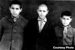 Şair Zəlimxan Yaqub (solda) uşaqlıq dostları ilə