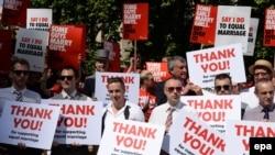 Сторонники однополых браков празднуют победу возле парламента Великобритании