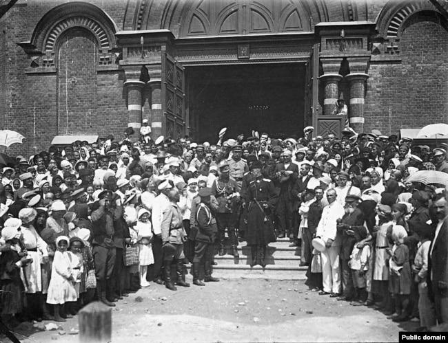 Жители Царицына приветствуют барона Врангеля и его офицеров, 1919 год