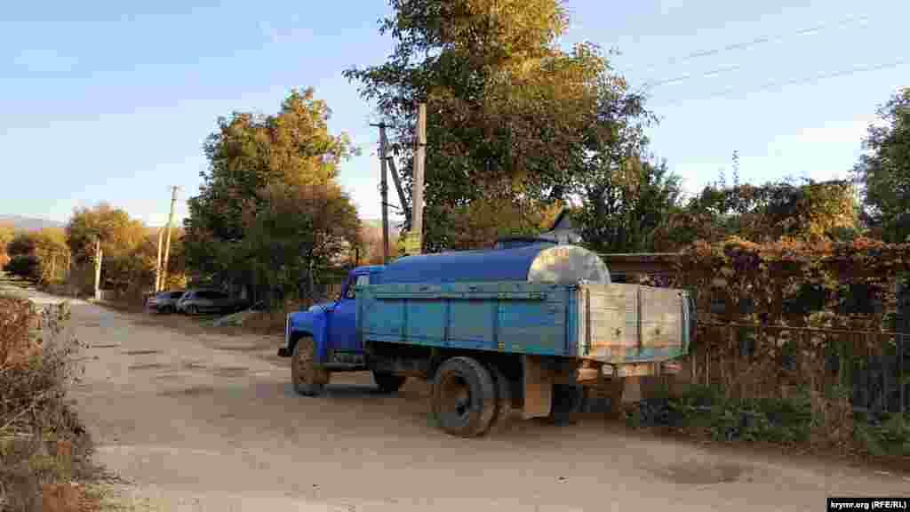 У районі водосховища їздить водовозка.  Як водосховище і його джерела виглядають зараз – дивіться у фотогалереї