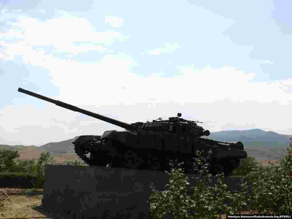 Монумент танку, що першим зайшов у місто Агдам. Місто було ареною жорстоких боїв. 1993 року вірменські збройні сили взяли Агдам. З тих пір місто контролюється владою невизнаної Нагірно-Карабаської республіки.