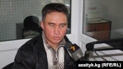 """Курбанбай Раимжанов """"Азаттыктын"""" студиясында."""