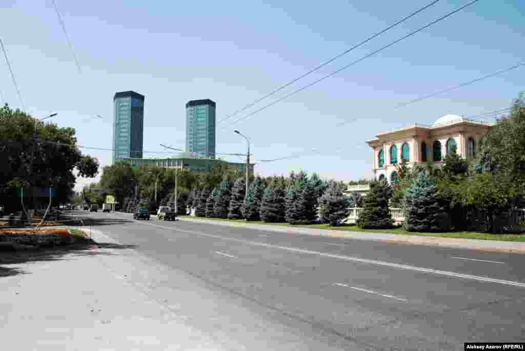Через месяц после смерти Каныша Сатпаева Университетскую улицу в Алматы переименовали в улицу имени Сатпаева. На фото – участок этой улицы в районе Государственного музея искусств имени Абылхана Кастеева. Улицы, названные в честь Каныша Сатпаева, есть как минимум в 13 городах и поселках Казахстана. В Атырау – это центральная улица. В год 120-летия со дня рождения Каныша Сатпаева ее едва не переименовали по решению городского маслихата, когда представители исполнительной и законодательной власти приступили к воплощению предложения президента Казахстана Касым-Жомарта Токаева о переименовании центральных улиц областных центров в честь Нурсултана Назарбаева. Но Республиканская ономастическая комиссия не утвердила переименование в Атырау.