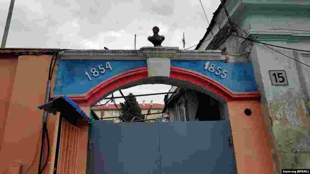 Бюст адмирала Нахимова на воротах дома на улице Матвея Воронина