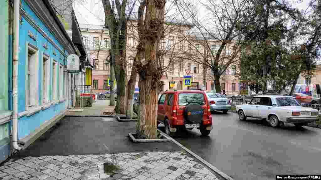 Улица Желябова начинается на перекрестке с улицей Александра Невского и тянется в сторону Центрального рынка Симферополя