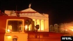 Ирек мәйданында Опера-балет театры янындагы янгын сүндерүче машиналар эшсез торды.
