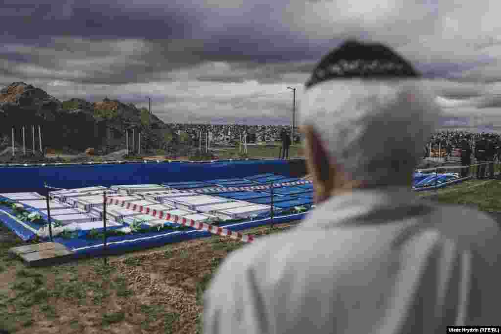 Пожилой мужчина смотрит на место останков жертв гетто, погребенных заново в Бресте. Беларусь, 22 мая. (Uladz Hrydzin, RFE/RL)