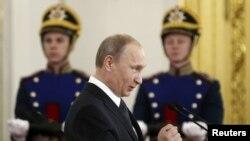 Prezident Wladimir Putin döwlet sylaglary dabarasynda söz sözleýär. Moskwa, 12-nji iýun, 2014.