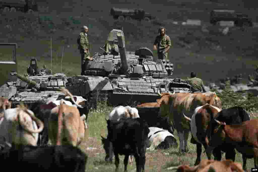 В августе 2008 года российская армия участвовала в конфликте между Грузией с одной стороны и самопровозглашенной Южной Осетией и Абхазией с другой, который перерос в войну между Грузией и Россией. На «границе» до сих пор происходят различные «недоразумения», в частности, 10 июля 2015 российские пограничники незаконно установили баннеры непризнанной Южной Осетии вблизи магистрали Тбилиси-Гори