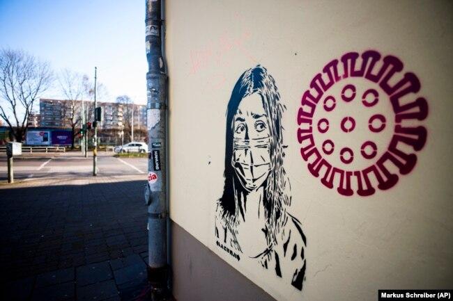 Берлинский мурал призывает граждан к осмотрительности