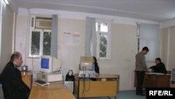 40 kv.metr otaq, 4 kompüter və 30 nəfərə yaxın işçi-«Azadlıq» «Yeni Müsavat»ın ofisində, 29 noyabr 2006