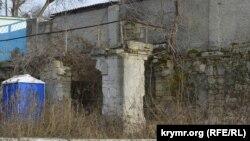 У КПП российской воинской части – непонятные руины. Где-то в этом месте был главный въезд в усадьбу Максимова