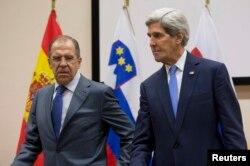 وزیر خارجه آمریکا (در دتصویر سمت راست) تاکید کرده است که در این مورد با سرگئی لاوروف، همتای روسی خود (در تصویر سمت چپ) گفتوگو خواهد کرد تا این موضوع طبق آنچه برنامهریزی شده بود، پیش رود.