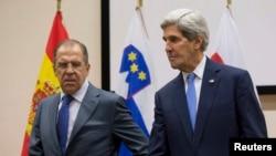 Ресей сыртқы істер министрі Сергей Лавров (сол жақта) пен АҚШ мемлекеттік хатшысы Джон Керри. Брюссель, 4 желтоқсан 2013 жыл.