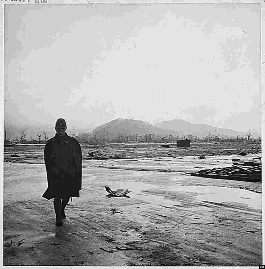 سرباز ژاپنی در خرابههای باقیمانده پس از بمباران، در ماه سپتامبر