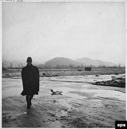Японскі вайсковец у верасьні 1945 году глядзіць на руіны, якія засталіся пасьля бамбаваньня Хірасімы