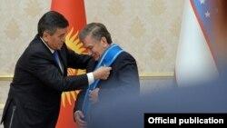 Президент Кыргызстана Сооронбай Жээнбеков в ходе своего официального визита в Узбекистан наградил своего узбекского коллегу Шавката Мирзияева орденом «Данакер». Ташкент, 13 декабря 2017 года.