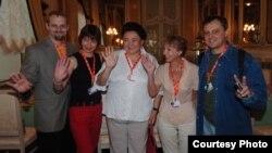 """Казахстанский киновед Гульнара Абикеева (в центре) с членами жюри программы """"Восток - Запад"""" на кинофестивале в городе Карловы Вары (Чехия). 2006 год."""