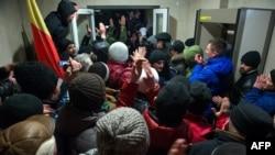 Демонстранти увірвалися до будівлі паралменту, Кишинів, 20 січня 2015 року