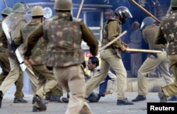 Полиция разгоняет демонстрацию, случившуюся после сообщений об изнасиловании девочки. Нью-Дели, 1 марта 2013 года.