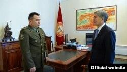 Kyrgyzstan -- Duishenbiev Raiymberdi Seidakmatovich (left), Chairman of State Service of Border Protection meets with Almazbek Atambaev (right), the President of the Kyrgyz Republic, undated