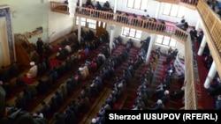 Пятничная молитва в соборной мечети «Ас-Сарахсий» в городе Карасу Ошской области, в которой в течение 8 лет Рашодхон Камалов занимал должность имама. 13 февраля 2015 года.