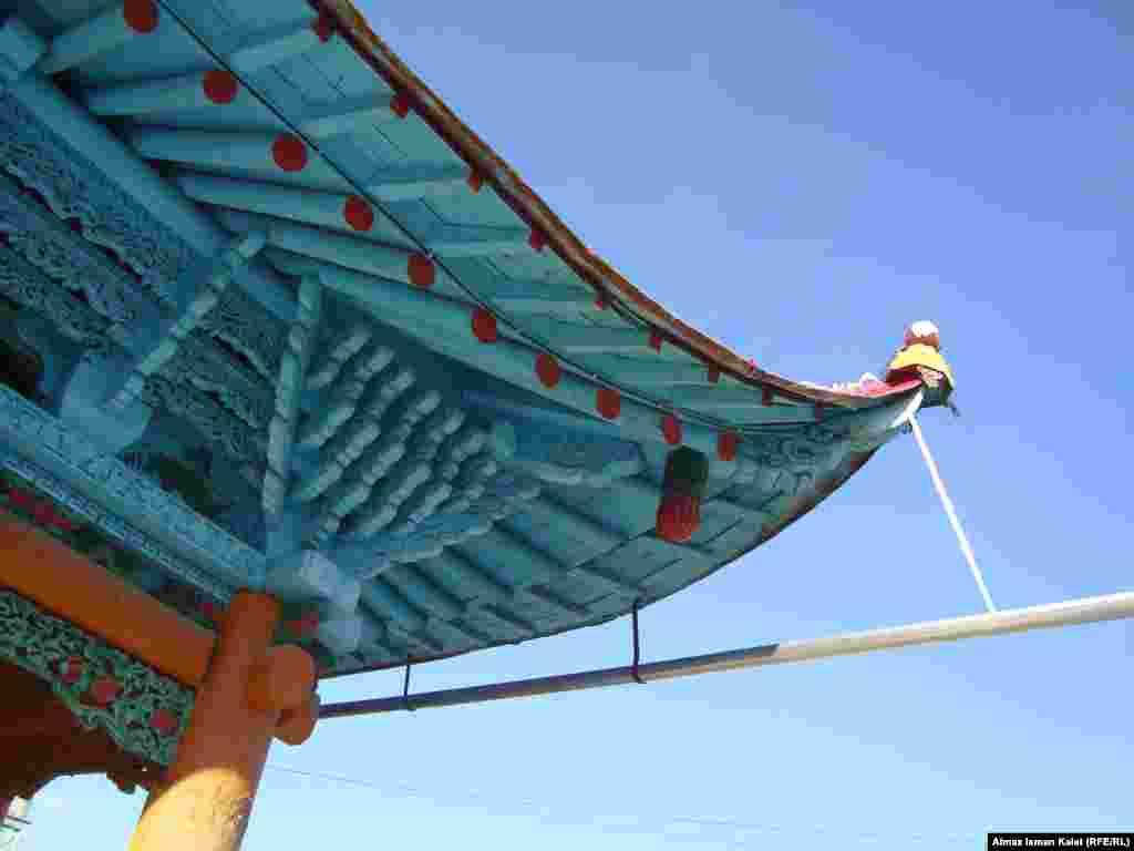 Чжоу-Сы рисовал на дереве орнаменты, которые сразу же вырезали его помощники
