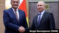 """Vladimir Putin (sağda) və separatçı Cənubi Osetiyanın """"prezidenti"""" Anatoli Bibilov"""