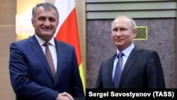 Анатолий Бибилов пригласил Владимира Путина посетить республику во время празднования 10-й годовщины признания независимости Южной Осетии 26 августа 2018 г.