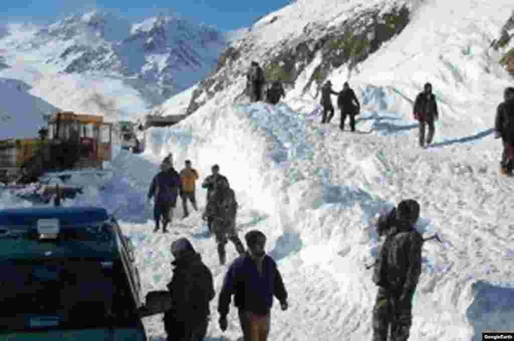 В горных районах страны сошли несколько лавин, которые стали причиной смерти свыше 5 человек. Десятки сел оказались отрезанными от внешнего мира.