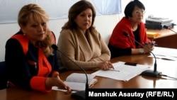 Слева направо: директор Казахстанского бюро по правам человека Роза Акылбекова, руководитель Детского фонда Казахстана Эльвира Ватлина, глава общественной организации «Аман-саулык» Бахыт Туменова. Алматы, 18 февраля 2015 года.