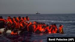 Архивска фотографија: Спасување на мигранти од потонат брод