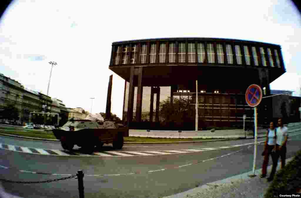 Здание в центре Праги, где в 1995-2009 годах размещалось Радио Свобода - Радио Свободная Европа. Сейчас часть Национального музея. Фото 2001 года, меры безопасности вызваны терактами в США.