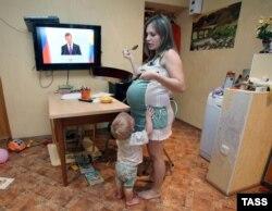 Иллюстративное фото беременной женщины с ребенком.