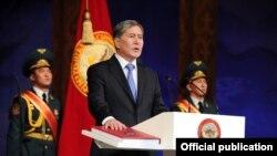 Президент Кыргызстана Алмазбек Атамбаев во время присяги. Бишкек, 1 декабря 2011 года.