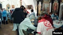 Ուկրաինա - Բախումների ընթացքում տուժած ցուցարարներին օգնություն է ցուցաբերվում Կիևի Միխայլովսկի Զլատովերխի տաճարում, 19-ը փետրվարի, 2014թ․