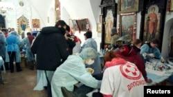 Медики-волонтеры оказывают медицинскую помощь пострадавшим в столкновениях в Киеве. 19 февраля 2014 года.