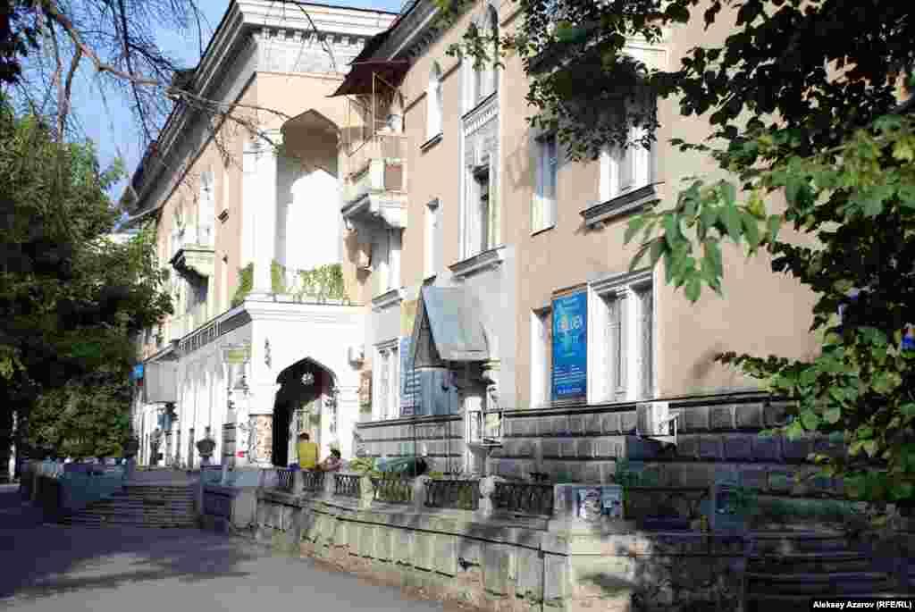 Среди жилых домов, которые возводили в Алматы японские пленные, выделяется так называемый Дом ученых (на улице Жибек Жолы между Пушкина и Валиханова). Казахстан, Алматы. 27 июля 2015 года.