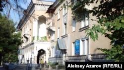 Жилой дом в Алматы, в строительстве которого были задействованы японские пленные (по улице Жибек Жолы между улицами Пушкина и Валиханова). 27 июля 2015 года.