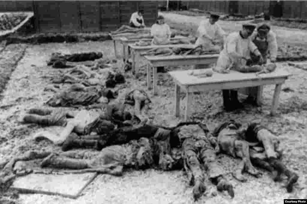 دانیل برترام: «بعد هم در گور های دسته جمعی دفنشان می کردند، ولی معمولا جسد ها را می سوزاندند. معمولا خاکستر ها را هم به رودخانه می ریختند.»
